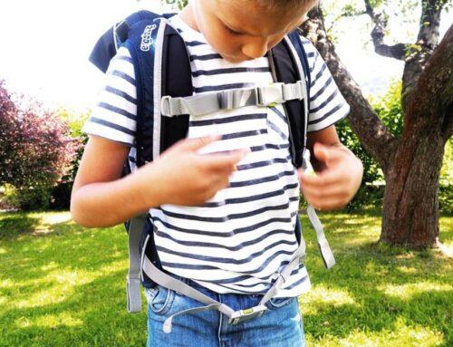 Гръдната лента и коланът на ученическите раници за първокласници ergobag