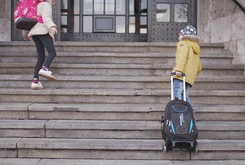 носене на ученическата раница по стълби